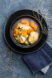 可口鲜鱼汤用在碗的无须鳕在桌上 图库摄影