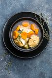 可口鲜鱼汤用在碗的无须鳕在桌上 库存照片