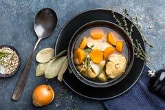 可口鲜鱼汤用在碗的无须鳕在桌上 免版税库存图片