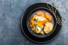 可口鲜鱼汤用在碗的无须鳕在桌上 库存图片