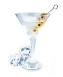 可口鸡尾酒用橄榄和冰块在马蒂尼鸡尾酒玻璃在白色背景 免版税库存图片