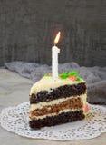 可口鸦片蛋糕用坚果饼干和乳酪奶油在轻的背景 愉快的生日 复制空间 库存照片
