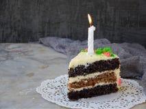 可口鸦片蛋糕用坚果饼干和乳酪奶油在轻的背景 愉快的生日 复制空间 免版税图库摄影