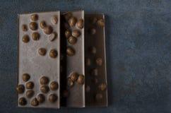 可口黑暗的巧克力三个酒吧在桌上的 免版税库存照片