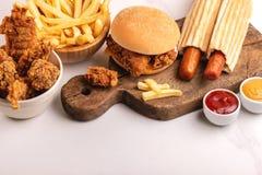 可口,但是不健康的食物用番茄酱和芥末 免版税库存照片