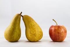 可口,可口成熟苹果和梨在白色背景 免版税图库摄影