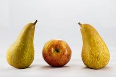 可口,可口成熟苹果和梨在白色背景 免版税库存照片
