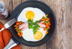 可口,快和在木桌上的健康早餐 免版税图库摄影