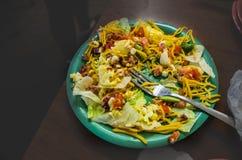 可口,新鲜的沙拉,左一半被吃 库存图片
