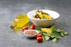 可口素食扁豆沙拉用柠檬、薄菏和西红柿 免版税库存图片
