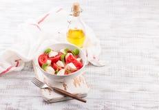 可口caprese沙拉用成熟蕃茄和无盐干酪乳酪与新鲜的蓬蒿离开 烹调意大利语的食品成分 库存图片