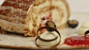 可口Cheeseecake用草莓和莓果调味汁 奶油甜点蛋糕用新鲜的草莓、乳酪蛋糕和草莓 股票录像