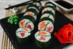 可口maki寿司在黑板岩特写镜头服务 库存照片