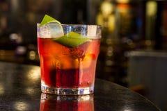 可口negroni鸡尾酒用堪蓓莉开胃酒、杜松子酒、苦艾酒和柑橘转弯 免版税库存图片