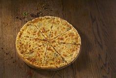 可口Quaddro formaggi,四乳酪薄饼,在木背景的顶视图, 库存图片