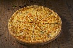 可口Quaddro formaggi,四乳酪薄饼,在木背景的顶视图, 免版税库存照片