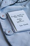 可可・香奈尔在块笔记和一件优等的夹克引述写 免版税库存图片