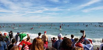 可可比奇冲浪的圣诞老人  免版税图库摄影