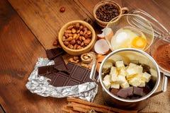 可可浆蛋糕在农村或土气厨房里 免版税库存照片