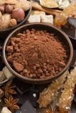 可可粉、糖和香料热巧克力的,垂直 免版税库存照片