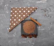 可可粉、肉桂条和星美洲黑杜鹃在混凝土 免版税库存图片