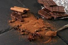可可粉和咖啡豆,有可可粉的葡萄酒匙子 免版税库存照片