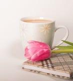 可可粉和花和笔记本 免版税图库摄影
