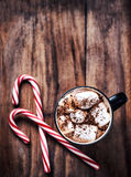 可可粉杯子用蛋白软糖和棒棒糖在木桌上 Chri 库存图片