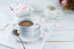 可可粉用白色玫瑰蛋白软糖 免版税图库摄影