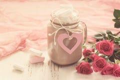 可可粉用蛋白软糖和玫瑰花束  Valen的概念 免版税库存图片