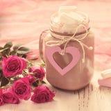 可可粉用蛋白软糖和玫瑰花束  Valen的概念 库存照片
