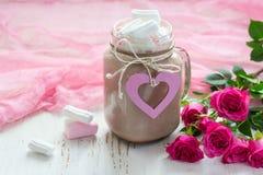 可可粉用蛋白软糖和玫瑰花束  Valen的概念 图库摄影