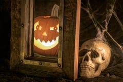 可怕南瓜人的头骨-万圣夜 免版税图库摄影
