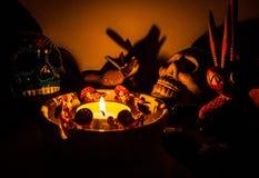 可怕在一个蜡烛附近的僧人礼节形象在晚上 免版税图库摄影