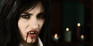 可怕女性吸血鬼恼怒的看的照相机 库存图片