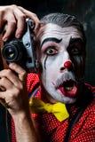 可怕小丑和一台照相机在dack背景 日历概念日期冷面万圣节愉快的藏品微型收割机说大镰刀身分 库存图片