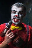 可怕小丑和电钻在dack背景 日历概念日期冷面万圣节愉快的藏品微型收割机说大镰刀身分 免版税库存图片