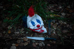 可怕小丑面具地面的在木头 图库摄影