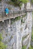 可怕小径的游人在天门山,中国的峭壁附近 免版税库存照片