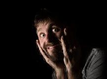 可怕有胡子的人黑暗的画象有假笑的,表现出不同的情感 水滴在玻璃、手和男性的 免版税图库摄影