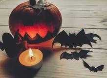 可怕的万圣节 与鬼魂棒的黑暗的鬼的起重器灯笼南瓜 库存图片