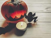 可怕的万圣节 与鬼魂棒的黑暗的鬼的起重器灯笼南瓜 免版税图库摄影