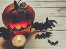 可怕的万圣节 与鬼魂棒的黑暗的鬼的起重器灯笼南瓜 图库摄影