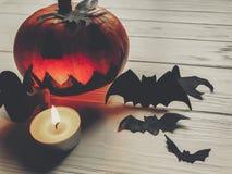 可怕的万圣节 与鬼魂棒的黑暗的鬼的起重器灯笼南瓜 免版税库存图片