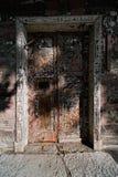 可怕的剥落木门 免版税库存照片