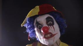 可怕的恐怖小丑 使用玩杂耍的别针的可怕疯狂的变戏法者小丑 股票录像