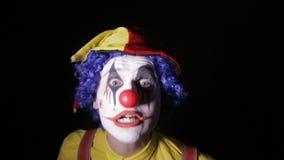 可怕的恐怖小丑 使用玩杂耍的别针的可怕疯狂的变戏法者小丑 影视素材