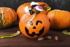 可怕的甜点为在装饰南瓜的万圣夜在黑暗的ba 免版税图库摄影