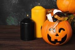 可怕的甜点为在装饰南瓜的万圣夜在黑暗的ba 免版税库存图片
