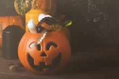 可怕的甜点为在装饰南瓜的万圣夜在黑暗的ba 免版税库存照片